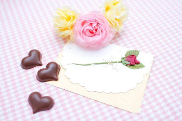 ピンク色の花と手紙の写真