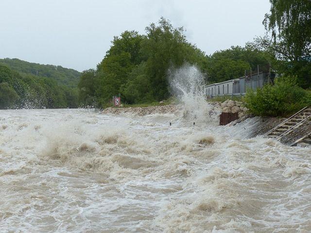 洪水で川が氾濫している写真