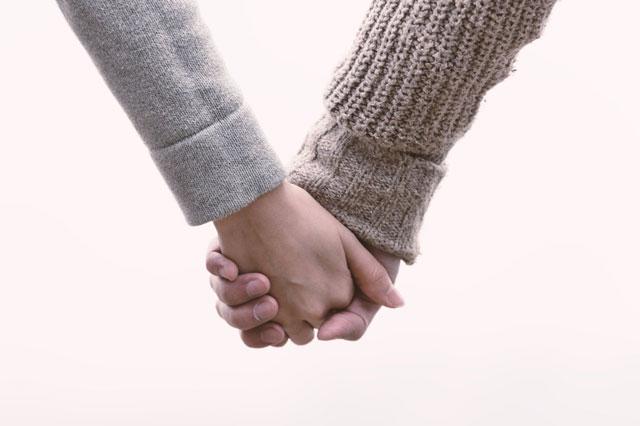手を繋いている写真