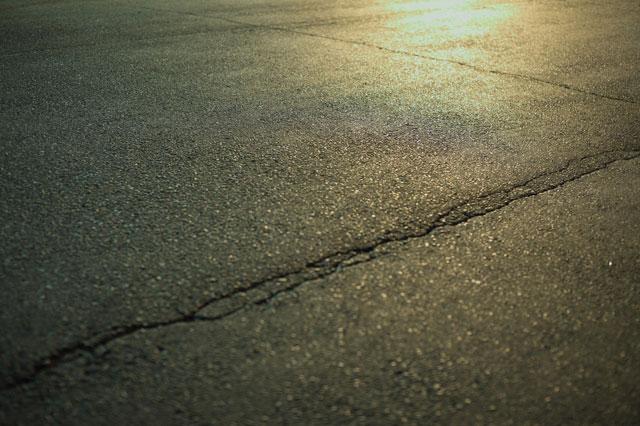 地震で地割れした道路の写真