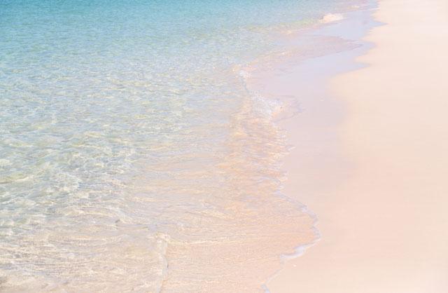 島の波打ち際の写真