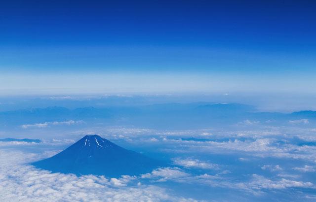 富士山を上空から見下ろしている写真