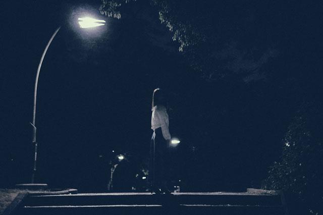 暗闇の薄明かりの中の幽霊