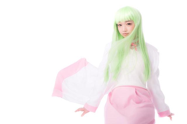 緑色に髪を染めている女性