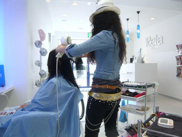 美容院でヘアカットしている写真