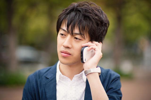 間違い電話を受ける男性
