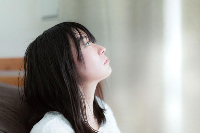 空を見上げる失恋した女性