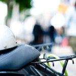 バイクの座席にヘルメットがのせてある写真